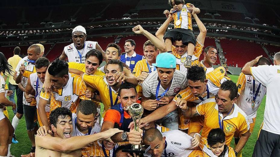 Jogadores do Brasiliense comemoram título após a vitória por 3 a 0 sobre o Brasílio, no jogo inaugural do novo Estádio Mané Garrincha