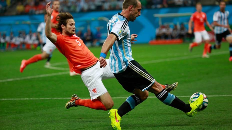 O argentino Zabaleta cruza a bola na área da Holanda no Itaquerão, em São Paulo
