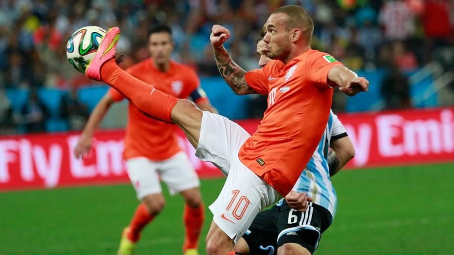 O holandês Sneijder disputa a bola com o jogador argentino no Itaquerão, em São Paulo