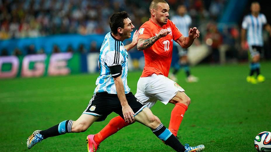 Messi disputa a bola com o holandês Sneijder no Itaquerão, em São Paulo
