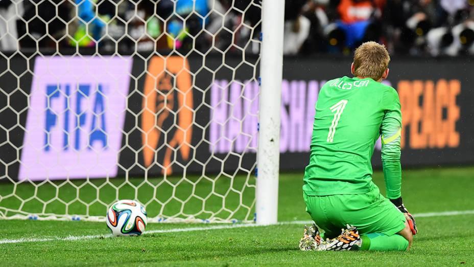 O goleiro holandês Jasper Cillessen lamenta derrota nos pênaltis para a Argentina no Itaquerão, em São Paulo