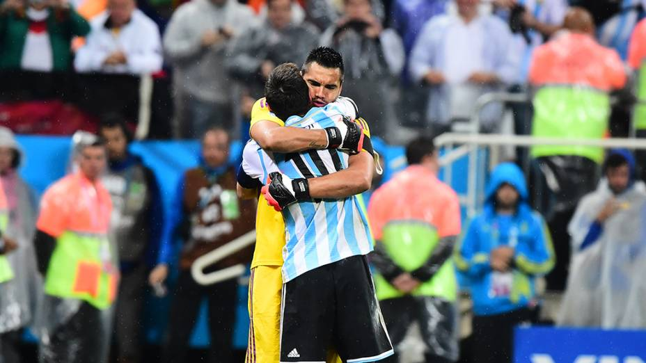 O goleiro Romero abraça Messi durante as penalidades no jogo contra a Holanda no Itaquerão, em São Paulo