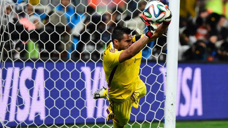 O goleiro argentino Romero defende pênalti no jogo contra a Holanda no Itaquerão, em São Paulo
