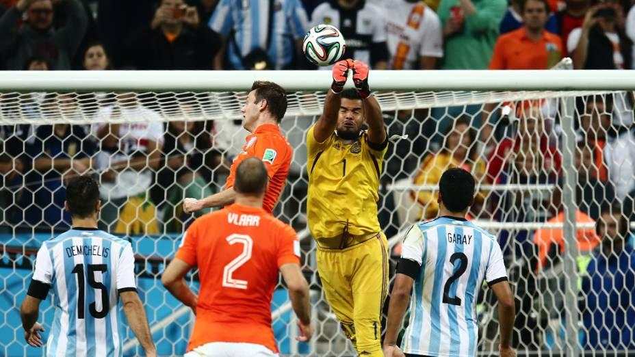 O goleiro argentino Romero afasta a bola no jogo contra a Holanda no Itaquerão, em São Paulo