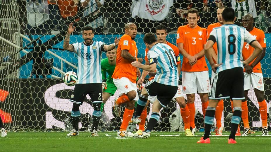 Messi cobra falta para a Argentina no jogo contra a Holanda, no Itaquerão em São Paulo