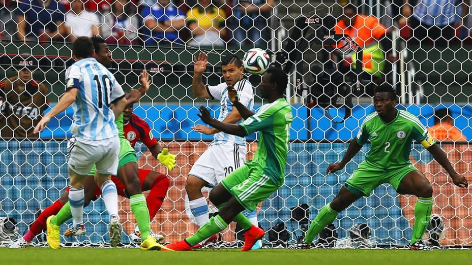 Messi chuta e abre o placar para a Argentina contra a Nigéria no Beira Rio, em Porto Alegre
