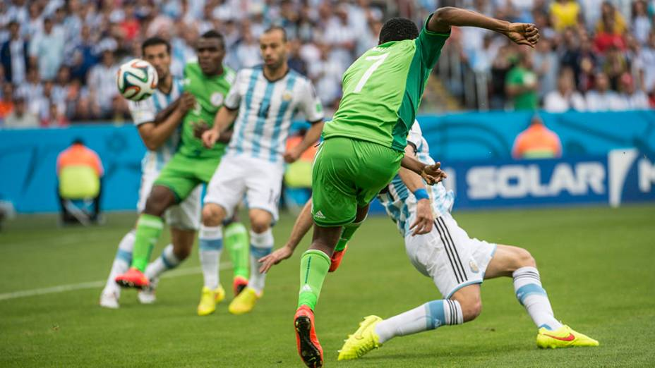 Musa chuta a bola e marca o segunda gol da Nigéria contra a Argentina