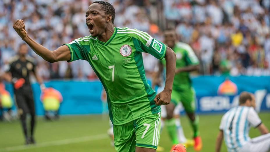 O nigeriano Musa comemora gol contra a Argentina no Beira Rio, em Porto Alegre