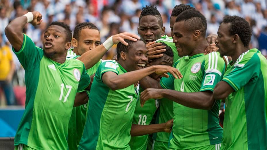Jogadores da Nigéria comemoram gol contra a Argentina no Beira Rio, em Porto Alegre