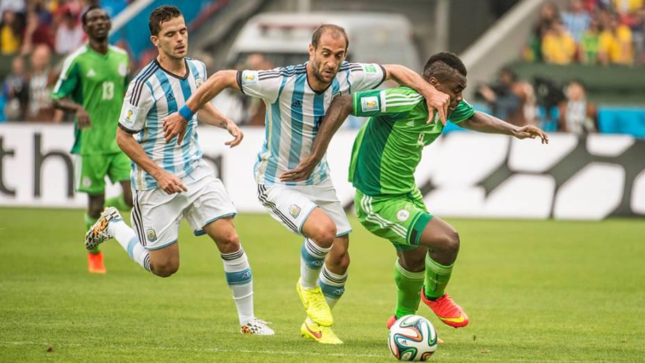 Jogadores da Nigéria e Argentina disputam a bola no Beira Rio, em Porto Alegre