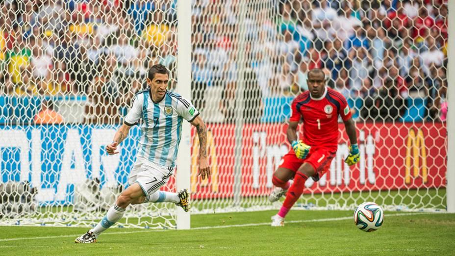 Di Maria, da Argentina, durante lance no jogo contra a Nigéria no Beira Rio, em Porto Alegre