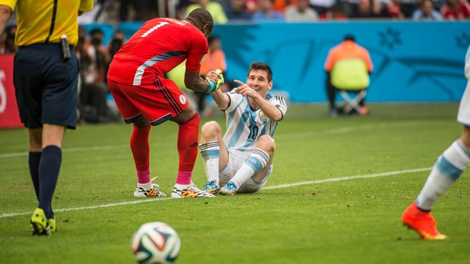 Goleiro nigeriano Enyeama ajuda Messi a se levantar
