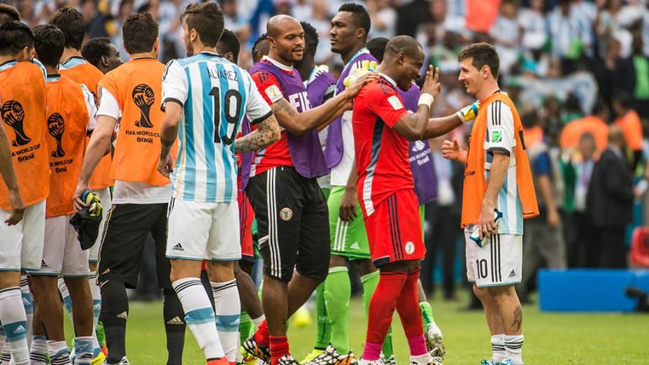 Goleiro nigeriano Enyeama cumprimenta Messi no final da partida no Beira Rio, em Porto Alegre