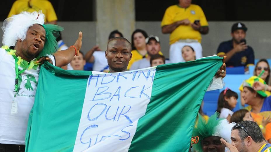Torcedora nigeriano aguarda o início da partida contra a Bósnia na Arena Pantanal, em Cuiabá