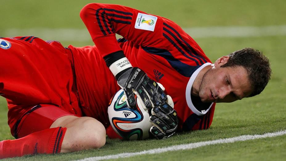 O goleiro Asmir Begovic, da Bósnia, defende a bola no jogo contra a Nigéria