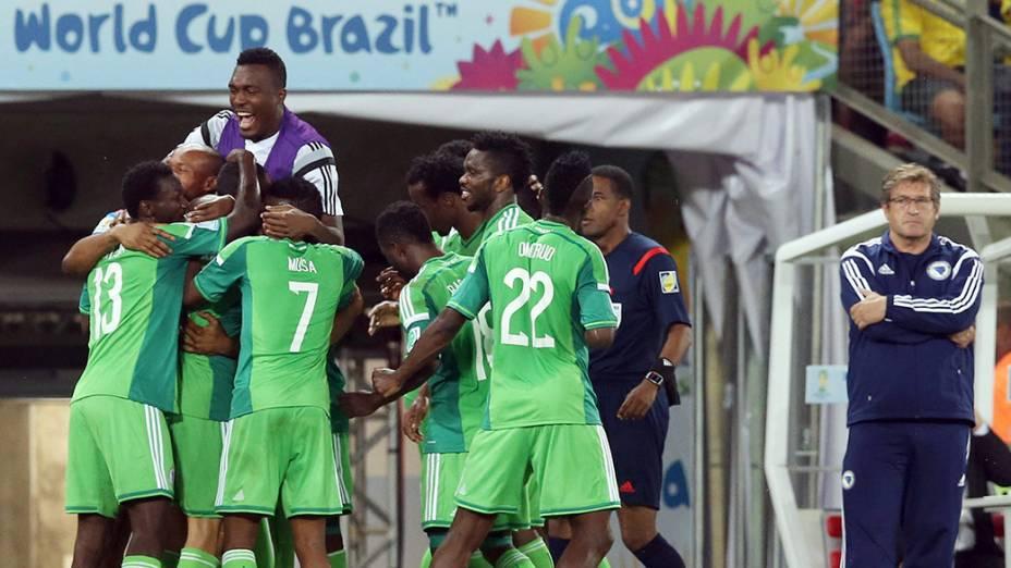 Jogadores da Nigéria comemoram gol contra a Bósnia na Arena Pantanal, em Cuiabá