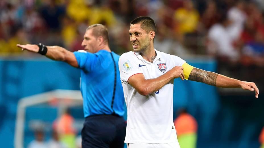 O capitão da Seleção Americana,Clint Dempsey, arruma a braceleira durante partida contra Portugal, na arena Amazônia, em Manaus