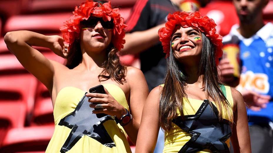 Torcedoras chegam para a partida entre Portugal e Gana, no estádio Mané Garrincha, em Brasília