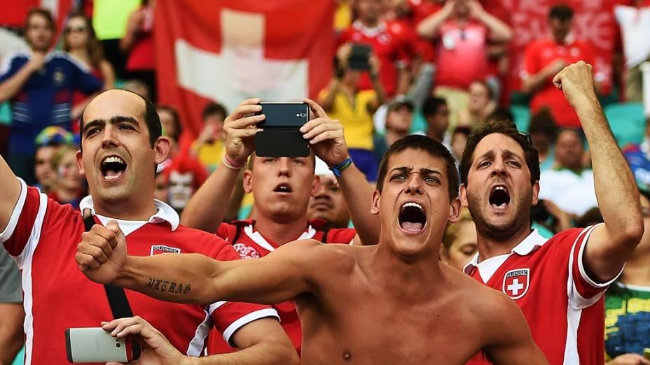 Torcedores da Suíça durante o jogo contra a França na Arena Fonte Nova, em Salvador