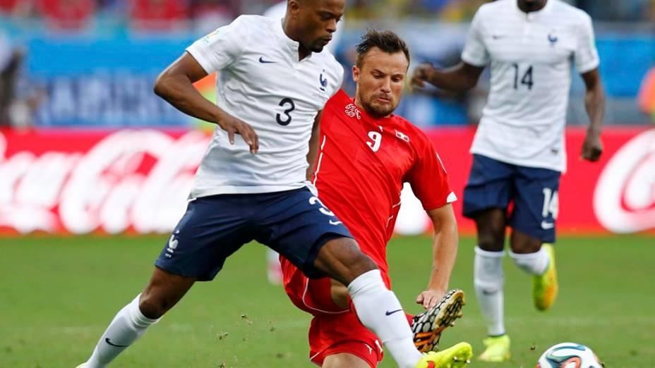 O francês Patrice Evra disputa a bola com o suíço Seferovic na Arena Fonte Nova, em Salvador