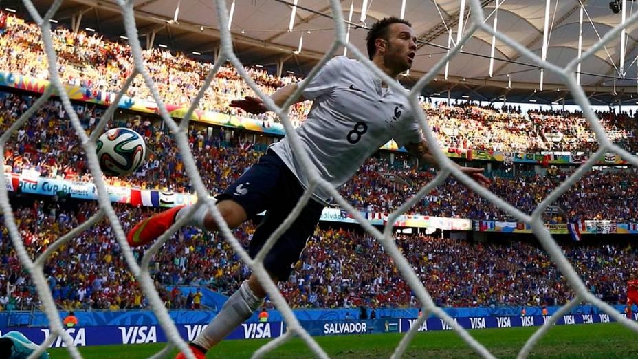 O francês Mathieu Valbuena comemora gol contra a Suíça na Arena Fonte Nova, em Salvador