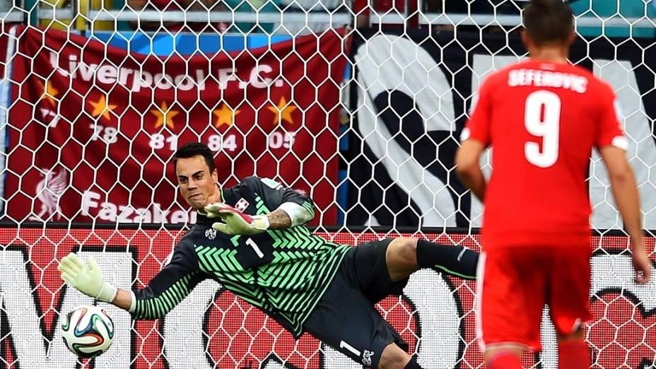 O goleiro suíço Benaglio defende pênalti cobrado por Benzema, da França, na Arena Fonte Nova em Salvador
