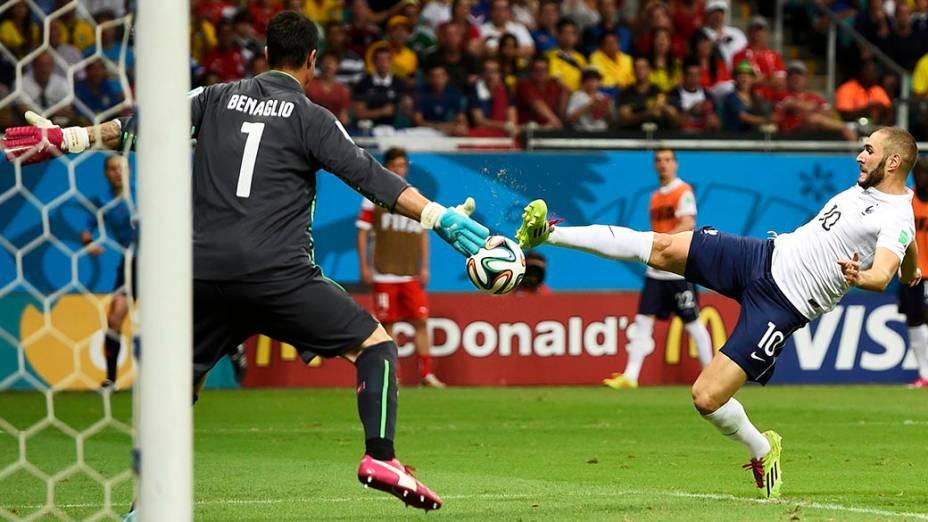 Benzema chuta contra o gol da Suíça e marca o quarto gol da França, na Arena Fonte Nova em Salvador