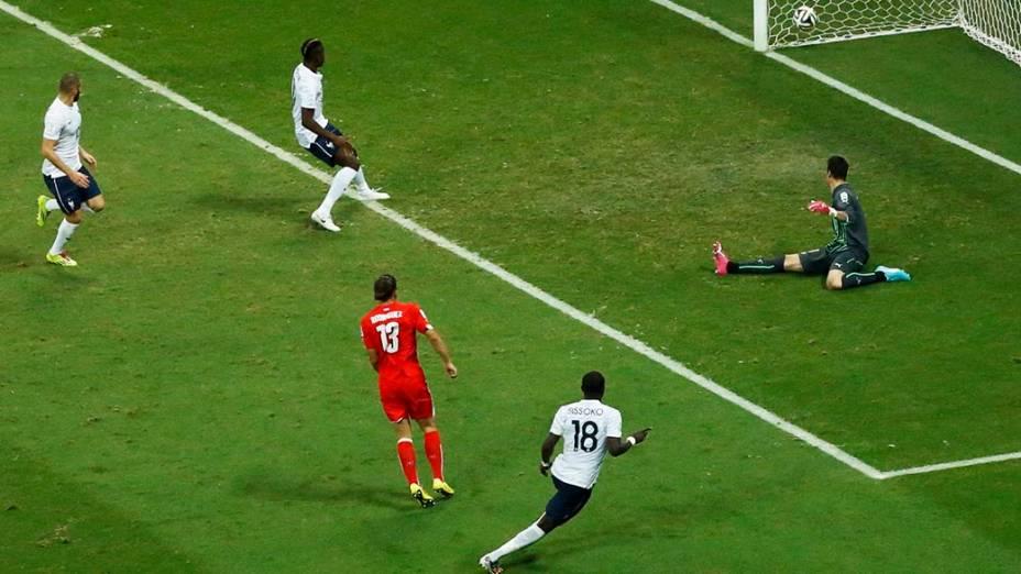 O francês Sissoko marca o quinto gol contra a Suíça na Arena Fonte Nova, em Salvador