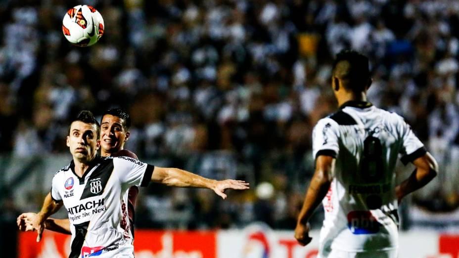 Elias da Ponte Preta disputa jogada na primeira partida da final da Copa Sul-Americana 2013, no Pacaembu, em São Paulo