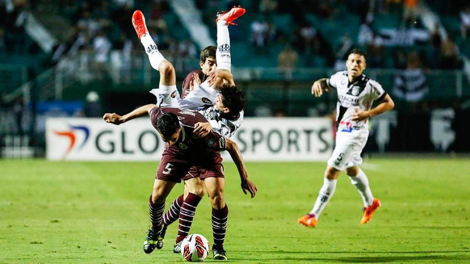 González do Lanús disputa jogada com Rildo da Ponte Preta na primeira partida da final da Copa Sul-Americana 2013, no Pacaembu, em São Paulo