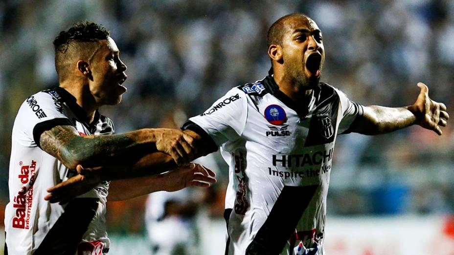Felipe Bastos comemora gol de empate da Ponte Preta durante a primeira partida da final da Copa Sul Americana 2013, contra o Lanús, no Pacaembu, em São Paulo