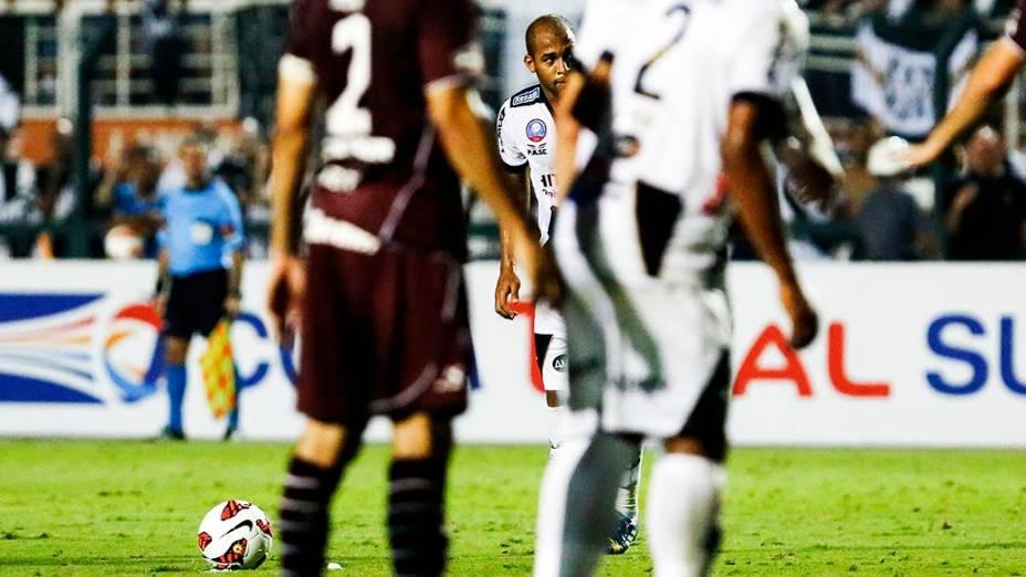 Felipe Bastosse prepara para bater falta que resultou no gol de empate da Ponte Preta naprimeira partida da final da Copa Sul Americana 2013, contra o Lanús, no Pacaembu, em São Paulo