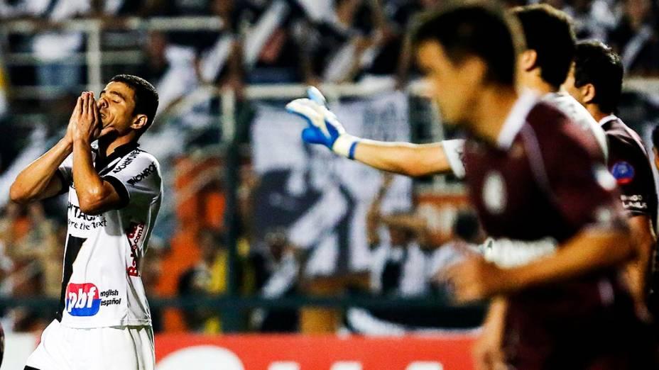 Atacante Leonardo da Ponte Preta lamenta chance perdida durante a primeira partida da final da Copa Sul Americana 2013, contra o Lanús, no Pacaembu, em São Paulo
