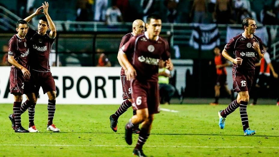 Jogadores do Lanús comemoram gol de Goltz durante a primeira partida da final da Copa Sul Americana 2013, contra a Ponte Preta, noPacaembu), em São Paulo