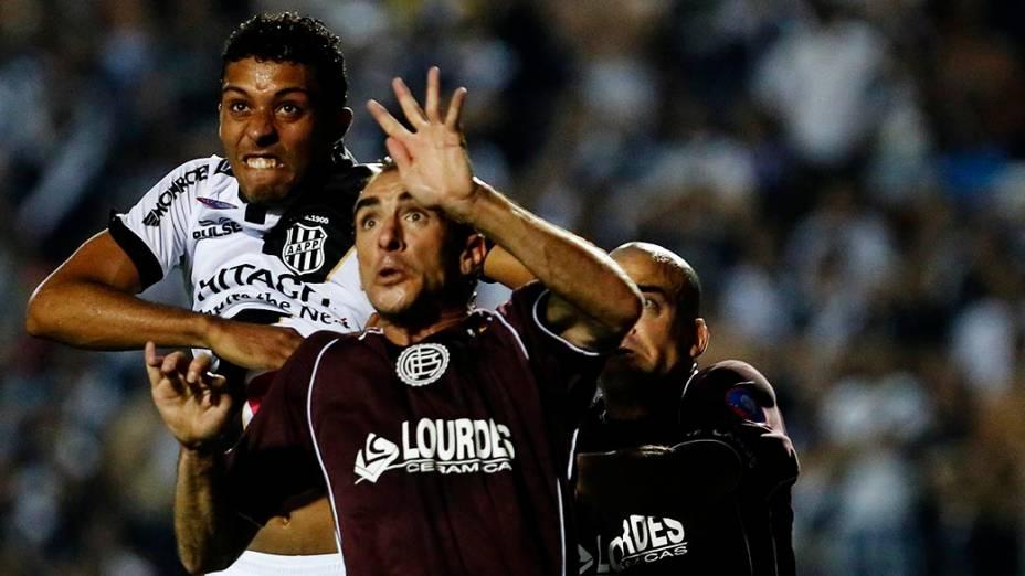 Zagueiro Cesar da Ponte Preta disputa pelo alto com González durante a primeira partida da final da Copa Sul Americana 2013, contra o Lanús, no Pacaembu, em São Paulo