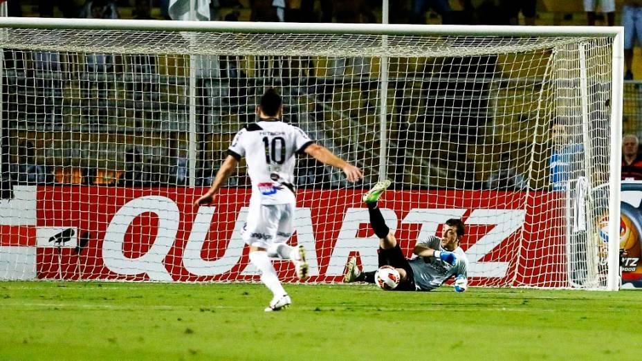 Elias da Ponte Preta arrisca para a defesa de Marchesan do Lanús durante a primeira partida da final da Copa Sul Americana 2013, no Pacaembuem São Paulo