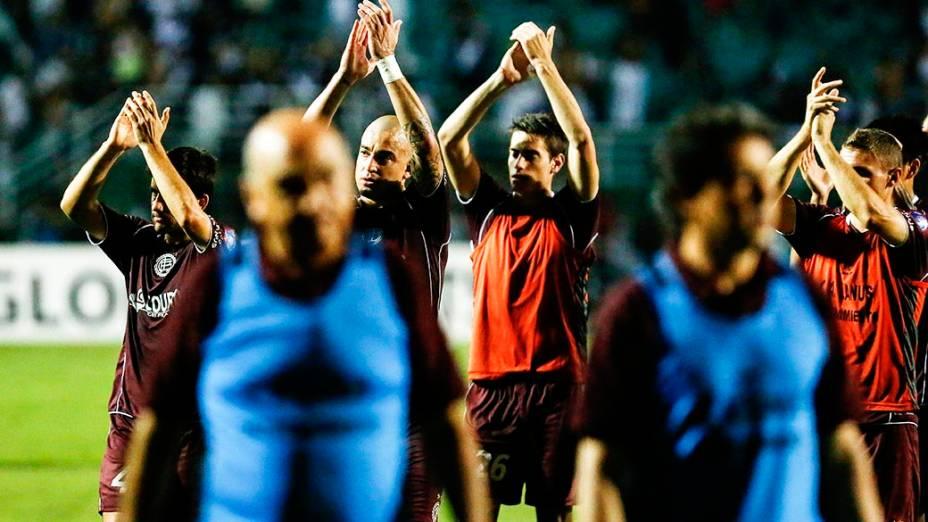 Jogadores do Lanús deixam o gramado do Pacaembu após o empate por 1 a 1 na primeira partida da final da Copa Sul-Americana 2013, contra Ponte Preta