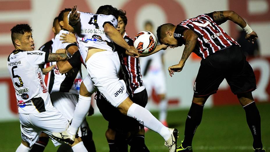 Zagueiro Antônio Carlos do São Paulo, disputa jogada com a defesa da Ponte Preta na semifinal da Copa Sul-Americana, no estádio Romildão, em Mogi Mirim