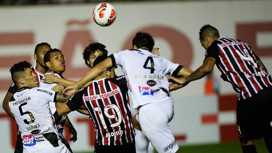 Jogadores de São Paulo e Ponte Preta disputam jogada durante a semifinal da Copa Sul-Americana, no estádio Romildão, em Mogi Mirim