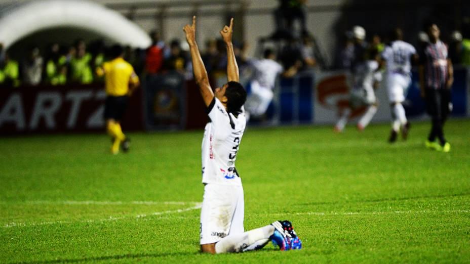 Zagueiro Cesar da Ponte Preta durante semifinal da Copa Sul-Americana contra o São Paulo, no estádio Romildão, em Mogi Mirim