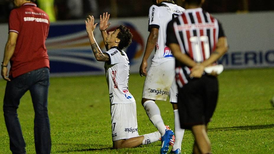Jogadores da Ponte Preta comemoram a classificação para a final da Copa Sul-Americana após empate com o São Paulo no Romildão, em Mogi Mirim