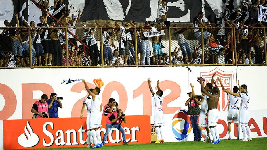 Jogadores da Ponte Preta comemoram com a torcida a classificação para a final da Copa Sul-Americana após empate com o São Paulo no Romildão, em Mogi Mirim