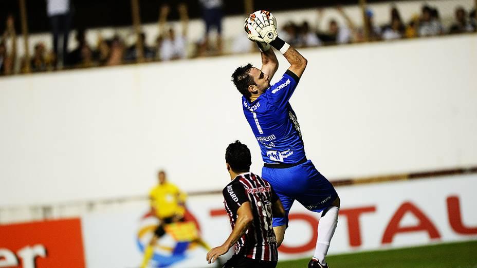 Goleiro Roberto da Ponte Preta disputa jogado pelo alto na semifinal da Copa Sul-Americana contra o São Paulo, no Romildão, em Mogi Mirim