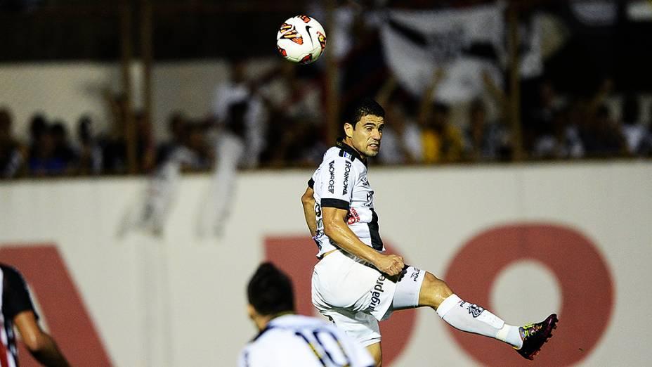 Atacante Leonardo da Ponte Preta durante a semifinal da Copa Sul-Americana contra o São Paulo, no estádio Romildão, em Mogi Mirim