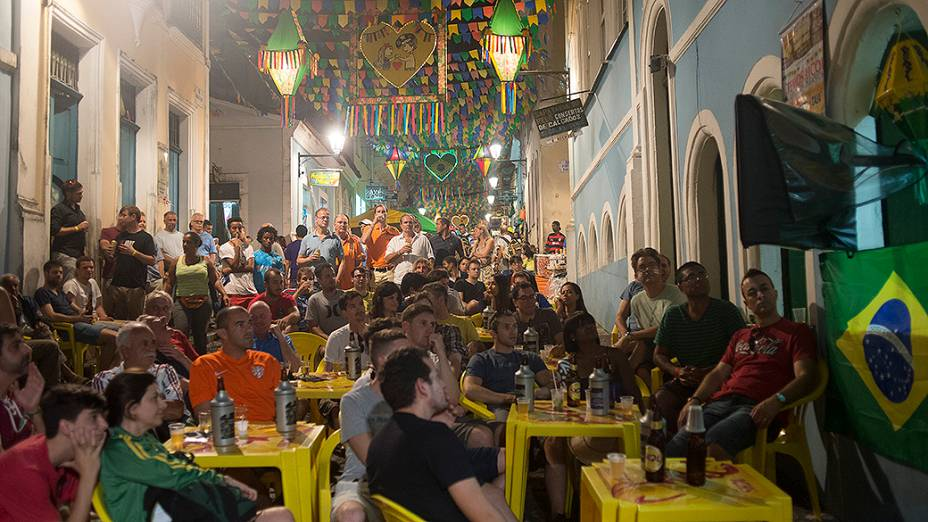 Torcedores acompanham as partidas da Copa do Mundo no Pelourinho, em Salvador