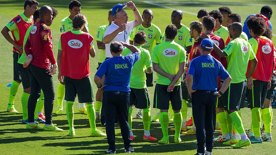 Felipão orienta seus comandados durante treino da seleção brasileira no campo do SESC em Belo Horizonte