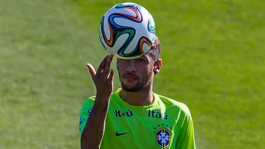 Neymar faz malabarismo com a bola durante treino da seleção brasileira no campo do SESC em Belo Horizonte