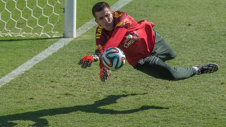 O golerio Victor durante treino da seleção brasileira no campo do SESC em Belo Horizonte