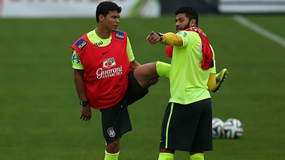 Thiago Silva e Hulk durante treino do Brasil na Granja Comary, em Teresópolis