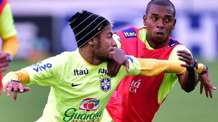 Neymar e Fernandinho durante o treino do Brasil na Granja Comary, em Teresópolis